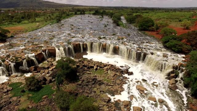 vídeos de stock e filmes b-roll de aerial shot of the fourteen falls and athi river - quénia