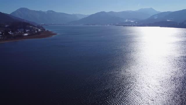 bavyera, almanya'daki tegernsee gölünün havadan çekimi. alman alplerindeki dağ gölü. - dalgakıran stok videoları ve detay görüntü çekimi