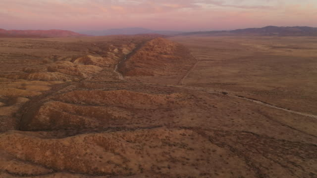 vídeos de stock e filmes b-roll de aerial shot of the san andreas fault to the north west of los angeles - geologia