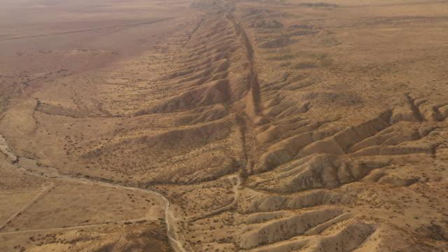 stockvideo's en b-roll-footage met luchtfoto van de san andreas fault ten noordwesten van los angeles - geologie