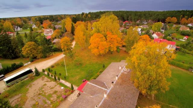 ağaçlar ve kasmu evlerde hava atış - estonya stok videoları ve detay görüntü çekimi