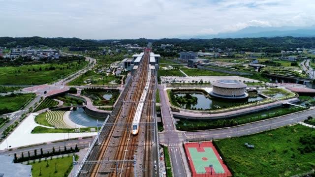 台湾高速鉄道苗栗駅の空中ショットは、台湾苗栗県後龍鎮に位置する台湾高速鉄道の駅です。 - 列車点の映像素材/bロール