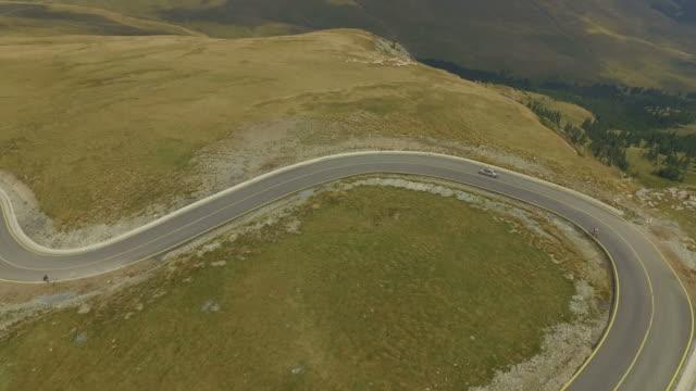 4 k veduta aerea di transalpina road - passo montano video stock e b–roll