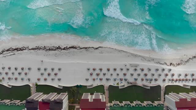 luftaufnahme des tropischen weißen sandstrands in cancun. - spring break stock-videos und b-roll-filmmaterial