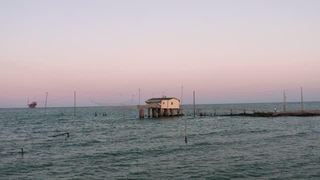 gün batımında tipik balıkçı kulübelerinin havadan çekilmiş fotoğrafı - ravenna stok videoları ve detay görüntü çekimi