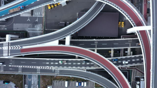aerial shot of urban road - estakada skrzyżowanie dróg filmów i materiałów b-roll