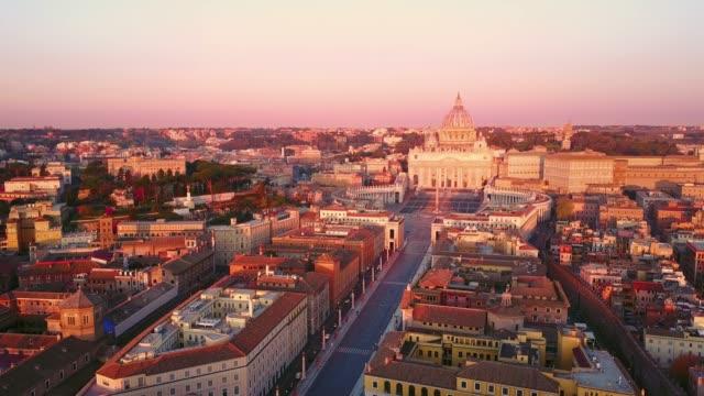 riprese aeree della basilica di san pietro della città del vaticano all'alba - rome road central view video stock e b–roll