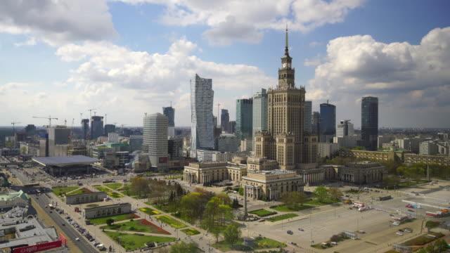 luftaufnahme der skyline von warschau in polen - warschau stock-videos und b-roll-filmmaterial
