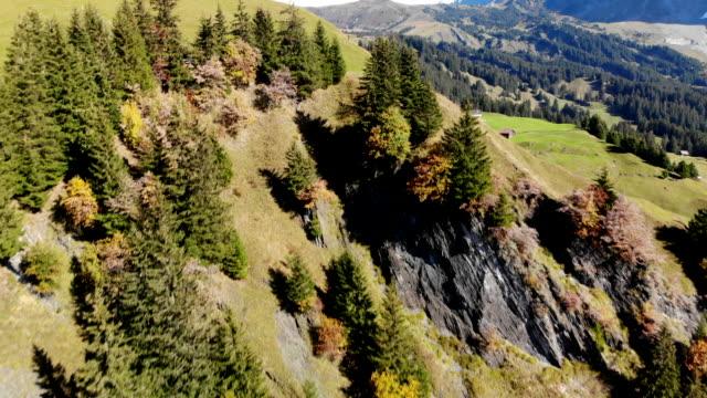 antenn skott omkörning en vacker bergssluttning för att avslöja kullarna bortom i grindelwald, switzerland - grindelwald bildbanksvideor och videomaterial från bakom kulisserna
