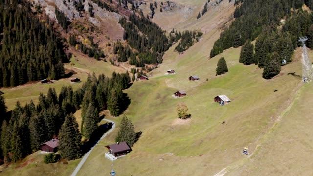antenn skott snabbt fallande över hissar på ett grindelwald bergssidan i schweiz - grindelwald bildbanksvideor och videomaterial från bakom kulisserna