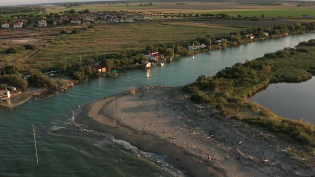 ravenna yakınlarında gün batımında nehrin denize döküldüğü havadan çekim - ravenna stok videoları ve detay görüntü çekimi