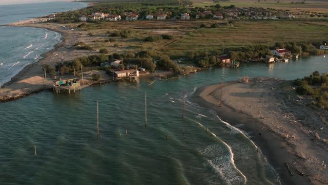 gün batımında nehrin denize döküldüğü havadan çekim - ravenna stok videoları ve detay görüntü çekimi