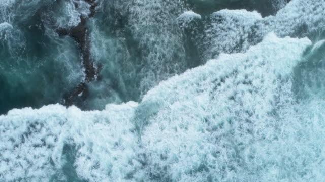 stockvideo's en b-roll-footage met luchtfoto slow motion beelden van de golven breken op rots - rocks sea