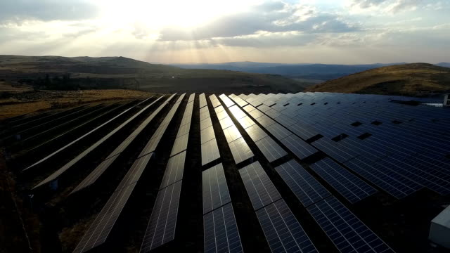 vídeos de stock e filmes b-roll de aerial solar power station - equipamento solar