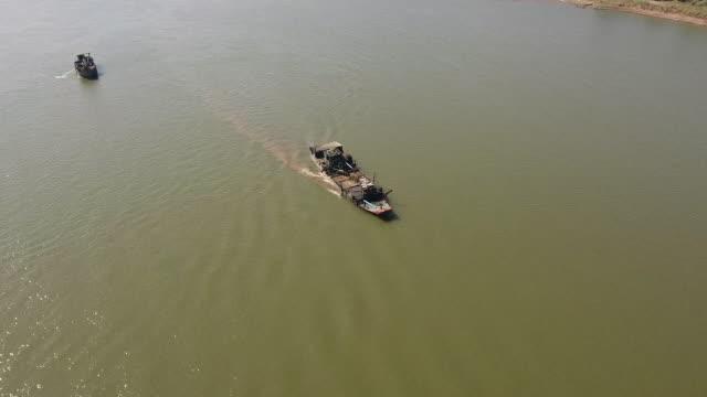 河川揚水河床砂における浚渫艇の空中静図 - はしけ点の映像素材/bロール