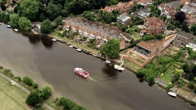 statiska flygfoto. passanger båt kryssning på floden, bredvid posh bostäder - flod vatten brygga bildbanksvideor och videomaterial från bakom kulisserna