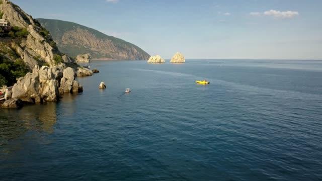 vidéos et rushes de catamaran aériennes de l'été dans la mer près de la côte 4k - baie eau