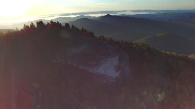 veduta aerea alba monti blue ridge autunno - monti appalachi video stock e b–roll