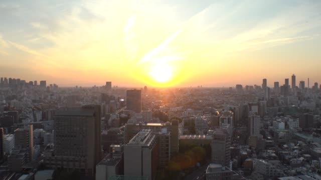 東京、日本 :東京タイムラプスのcityscapeの空中日の出の風景は、夜から朝まで撮影しました。 - 夜明け点の映像素材/bロール