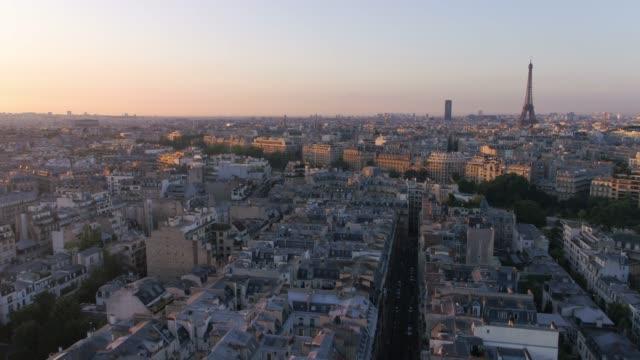 vista aerea dell'alba di parigi francia con messa a fuoco della torre eiffel. - parigi video stock e b–roll