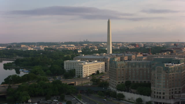vídeos de stock e filmes b-roll de aerial sunrise view of washington monument and white house. - monumento