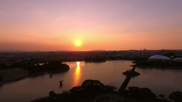 航空写真: 湖の夕日 - 夜明け点の映像素材/bロール