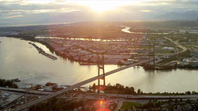 veduta aerea tramonto vista alex fraser ponte, vancouver - fiume fraser video stock e b–roll