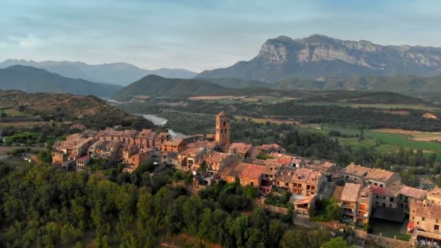 vista aerea al tramonto di ainsa - villaggio di montagna nelle montagne aragonesi, spagna. 4k, uhd - cittadina video stock e b–roll