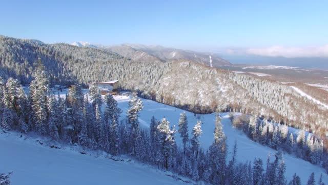空気から空中調査。冬。マウント セーブルの baikalsk スキー場 - シベリア点の映像素材/bロール