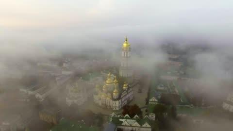 vídeos y material grabado en eventos de stock de encuesta aérea. museo kiev pechersk lavra. salida del sol sobre el monasterio. la ciudad de kiev-ucrania. paisaje de la ciudad a vista de pájaro. - ucrania