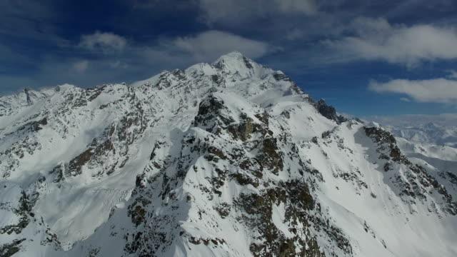 Luftbildaufnahmen von den schneebedeckten Gipfeln der Berge. Videos in 4K – Video