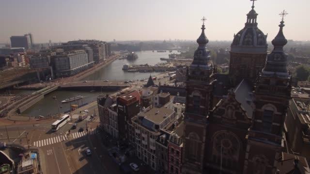 antenn. basilikan saint nicholas. gamla stadsdelen i amsterdam. 4k - drone amsterdam bildbanksvideor och videomaterial från bakom kulisserna