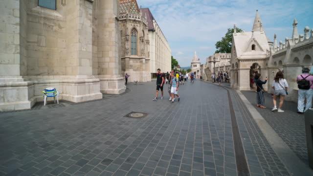 Aerial Zeit erlöschen der Menschenmenge zu Fuß in der Matthiaskirche, Budapest – Video