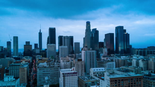 aerial time lapse of downtown los angeles - деловой центр города стоковые видео и кадры b-roll
