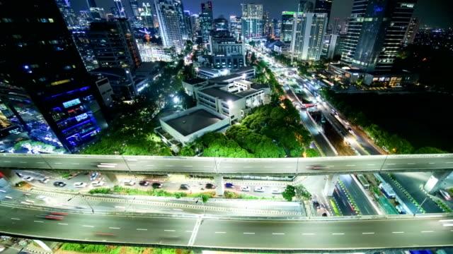 vidéos et rushes de laps de temps aériennes d'intersection de la route dans la nuit - indonésie