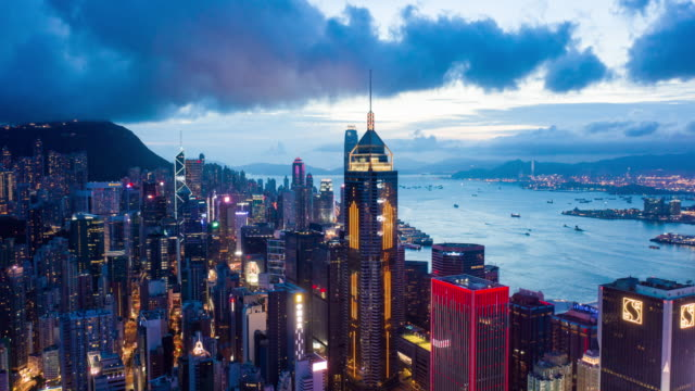Vue aérienne de laps de temps du district central au port de Victoria et au bord de l'eau de Hong Kong - Vidéo
