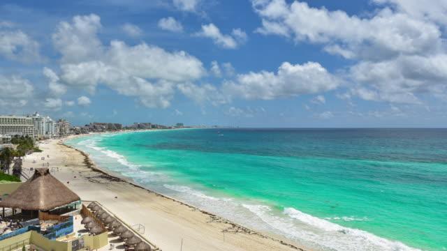 aerial time lapse se hotell och resorts längs vackra turkosblått vatten karibiska stranden - indiska oceanen bildbanksvideor och videomaterial från bakom kulisserna