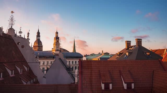 vídeos de stock e filmes b-roll de aerial time lapse view of the riga old town. capital of latvia. - letónia