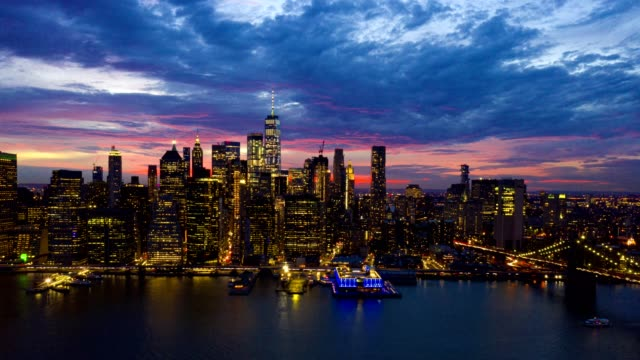 밤에 뉴욕 스카이라인의 공중 저속 촬영 - 스카이라인 스톡 비디오 및 b-롤 화면
