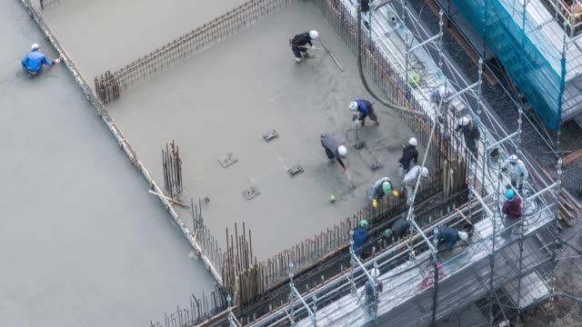 aerial time-lapse: working in construction site in tokyo - intelaiatura video stock e b–roll