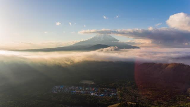 vidéos et rushes de antenne timelapse:mt fuji avec soleil et nuages ciel - fuji yama