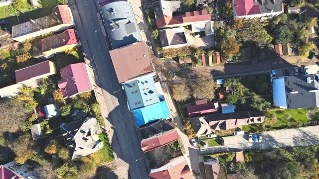 vista aerea dall'alto verso il basso dei droni sulla città di uzhhorod con strade strette, edifici antichi con tetti rossi transcarpazia, ucraina europa - transcarpazia video stock e b–roll