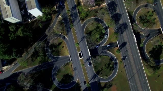 Aérea superior para baixo girando acima se cruzam as estradas em Brasília - vídeo