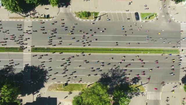 stockvideo's en b-roll-footage met luchtfoto top down shot van de stad weg vol door fietsers tijdens de fiets wedstrijd - kampioenschap