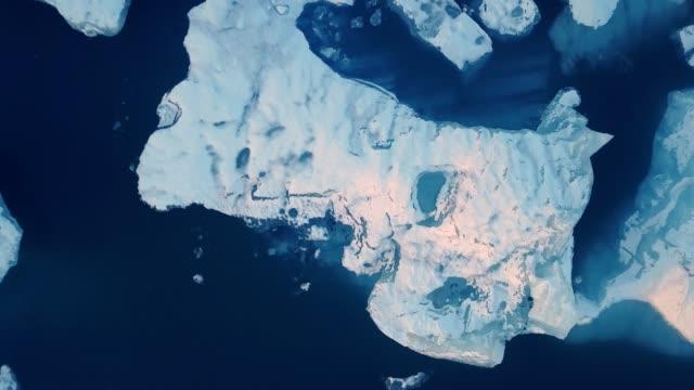 воздушный сверху вниз вид дрон выстрел ледник лагуны, jokulsarlon, исландия, европа - ледник стоковые видео и кадры b-roll
