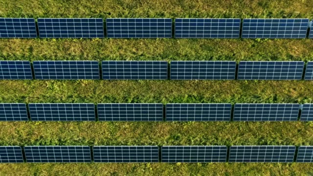 stockvideo's en b-roll-footage met bovenaanzicht van de antenne boven op zonnepanelen pv-modules - broeikasgas