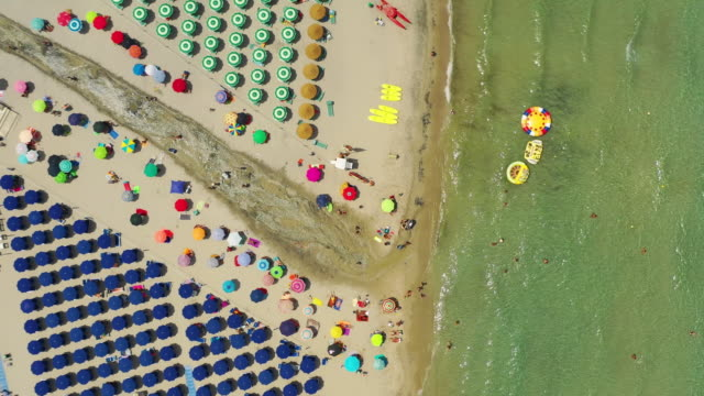 aerial top down view of the crowded beach and the sea - lecce video stock e b–roll