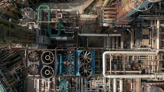stockvideo's en b-roll-footage met bovenaanzicht van de luchtfoto boven olieraffinaderij of chemische fabriek - olieraffinaderij