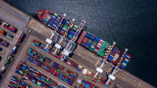 utsikt från luften 4k tids fördröjning av container last fartyg i import export affärs logistik och transport av internationella av container last fartyg i öppet hav. - hamn bildbanksvideor och videomaterial från bakom kulisserna