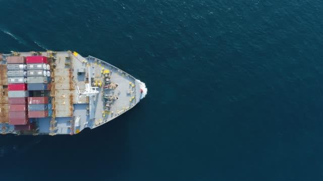 vídeos de stock, filmes e b-roll de vista superior aérea navio porta-contentores de condução do mar pela logística importação exportação ou transporte. - navio tanque embarcação industrial